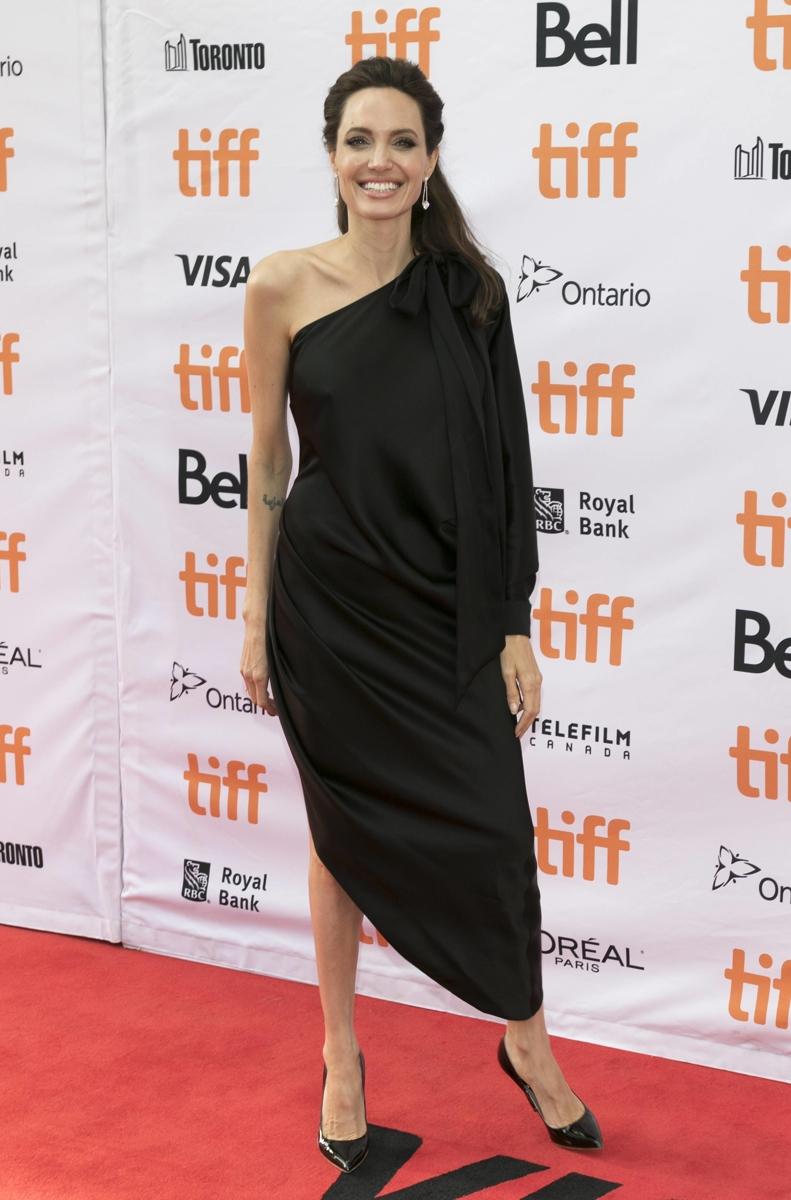 Классика и много черного: как одевается Анджелина Джоли