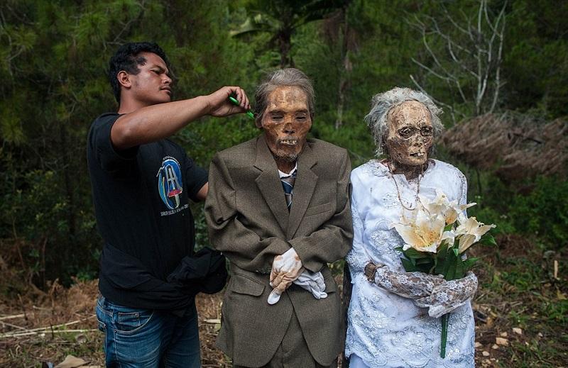 Раз в три года они достают своих покойных предков из могил. Причина обескураживает!