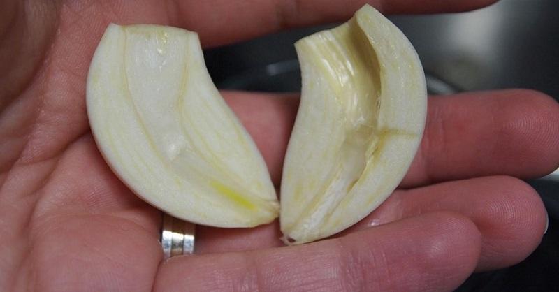 Разрезала чеснок и вынула сердцевинку… Когда ты поймешь, почему, непременно сделаешь то же самое!