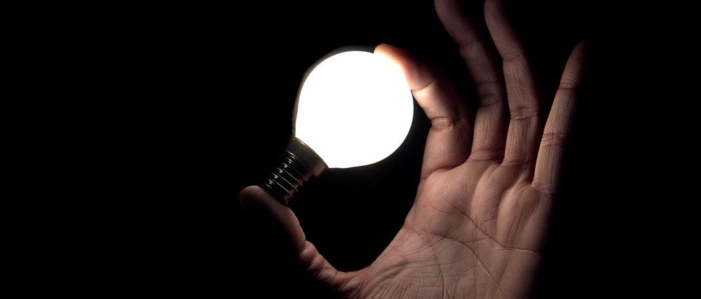 Привычная лампочка в руках