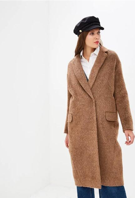 Модель в коричневом шерстяном пальто оверсайз и черно кепке