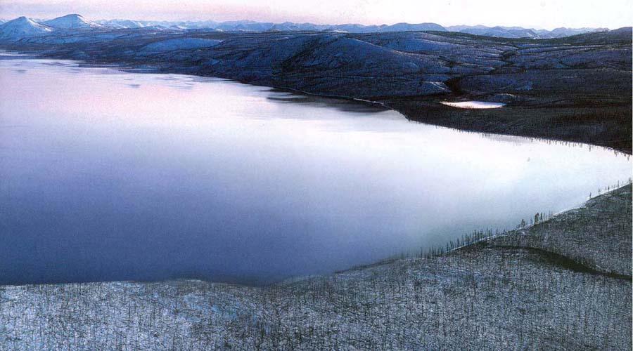 Озеро Лабынкыр Оймяконский район По легендам, в озере Лабынкыр скрывается гигантский зверь, который с середины прошлого века принялся охотится на людей. Слухи говорят о нескольких десятках пропавших в этой местности, однако подтвердить или опровергнуть их нет никакой возможности — место уж слишком глухое.
