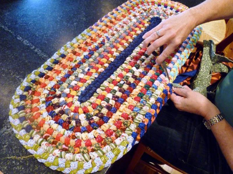 плетеный коврик из старой наволочки