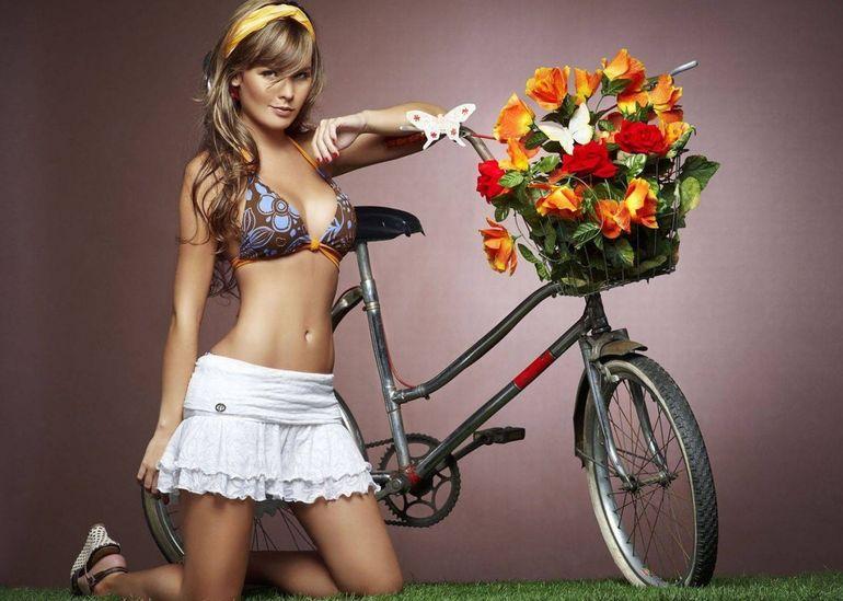 Девушки на фотографиях в фото-подборке На прогулке с велосипедом