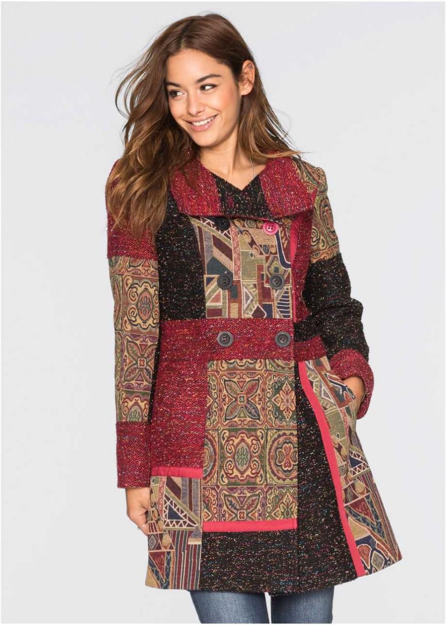 Модель в ярком пальто с принтом