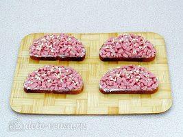 Горячие бутерброды с колбасой и сыром: Посыпать чесноком