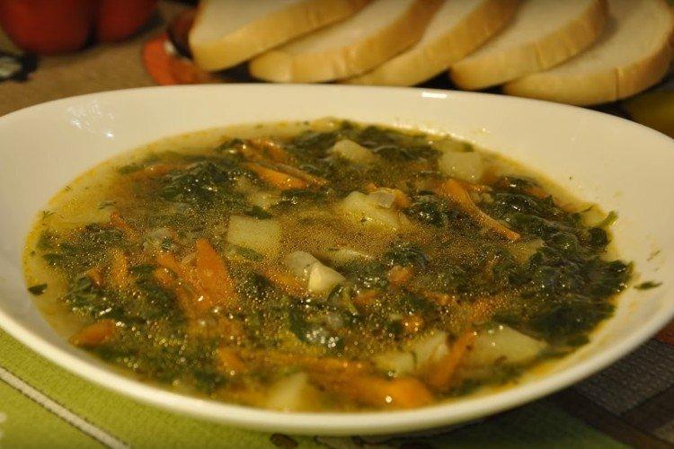 Суп из крапивы с клецками и томатом