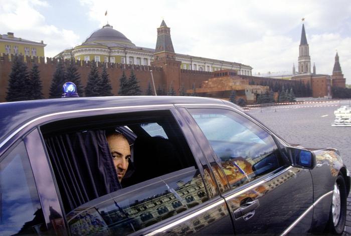 Борис Березовский в своем бронированном автомобиле Mercedes W140 (т.н. «Шестисотый»), 1997 год, Москва