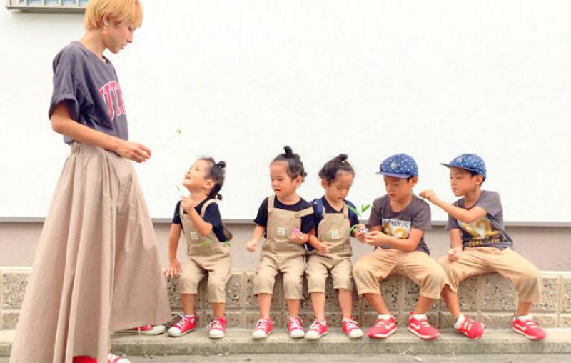 Трогательный инстаграм японской мамы, у которой девочки-тройняшки и мальчики-близнецы