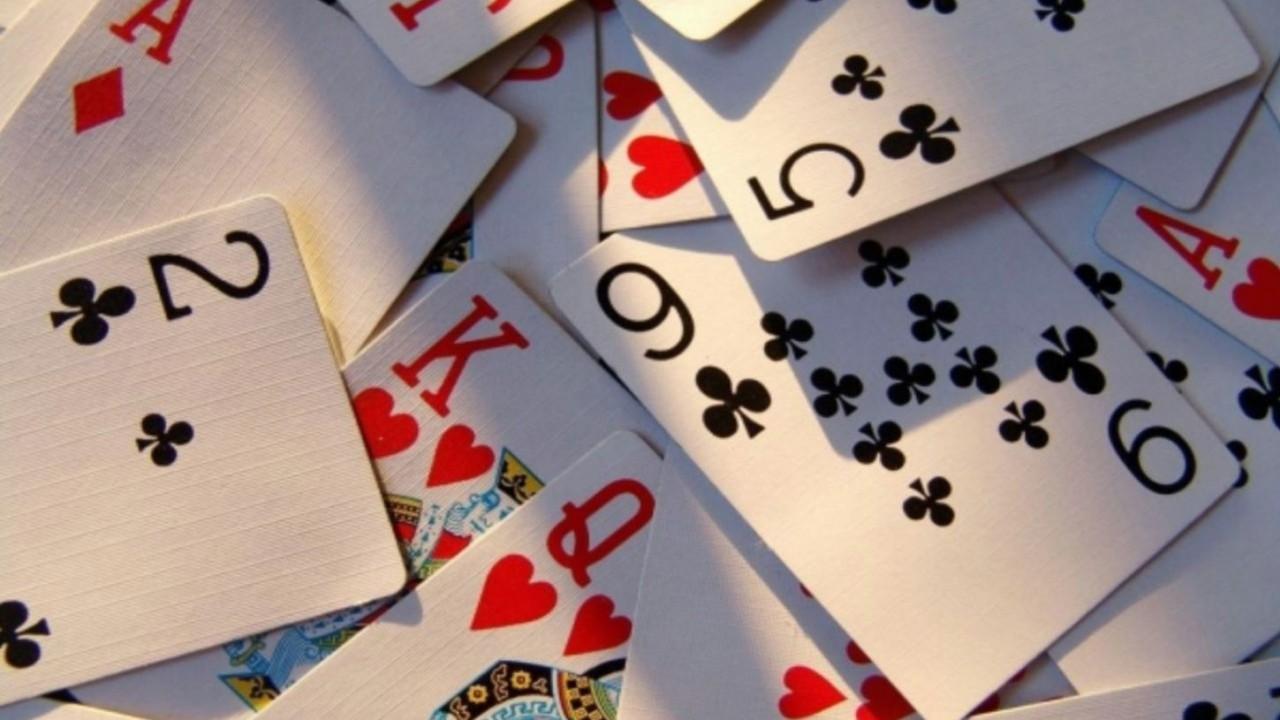 8. Если игральную карту бросить достаточно быстро, она может прорезать человеческую кожу. мифы, разрушители легенд, факты