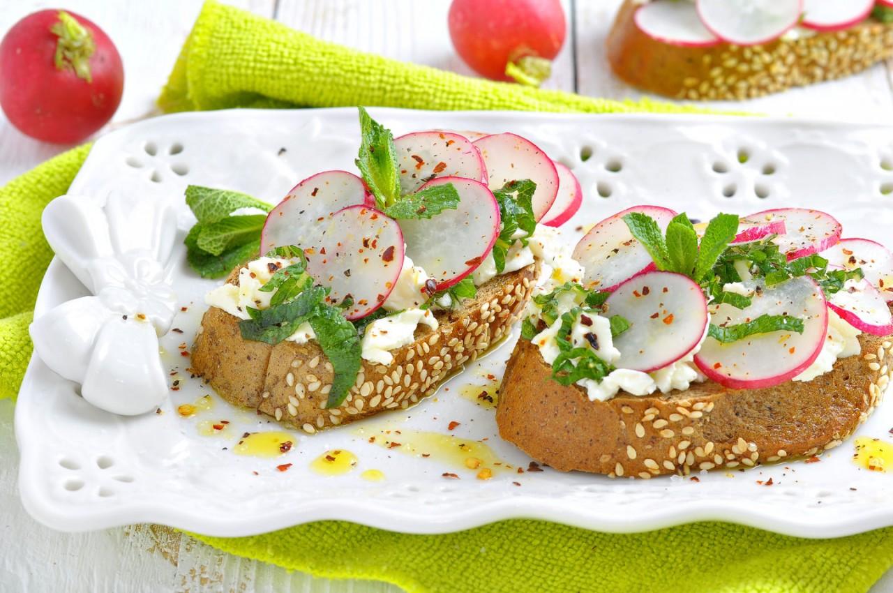 Три блюда с редисом