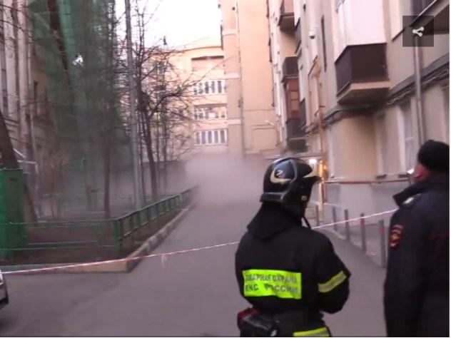 Первые секунды после обрушения аварийного здания в Москве попали на видео