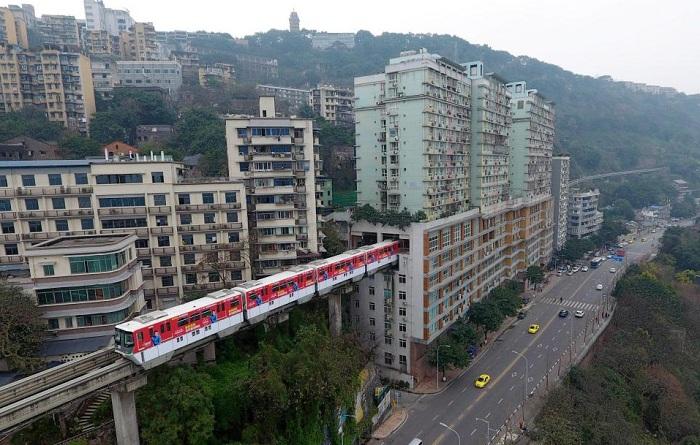 В китайском мегаполисе железную дорогу проложили прямо сквозь жилой дом