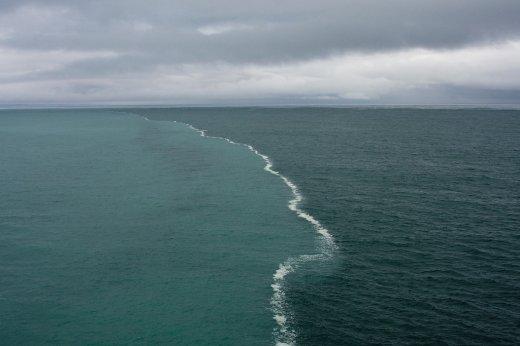 Поразительные места на Земле, где чётко видна граница между водными пространствами