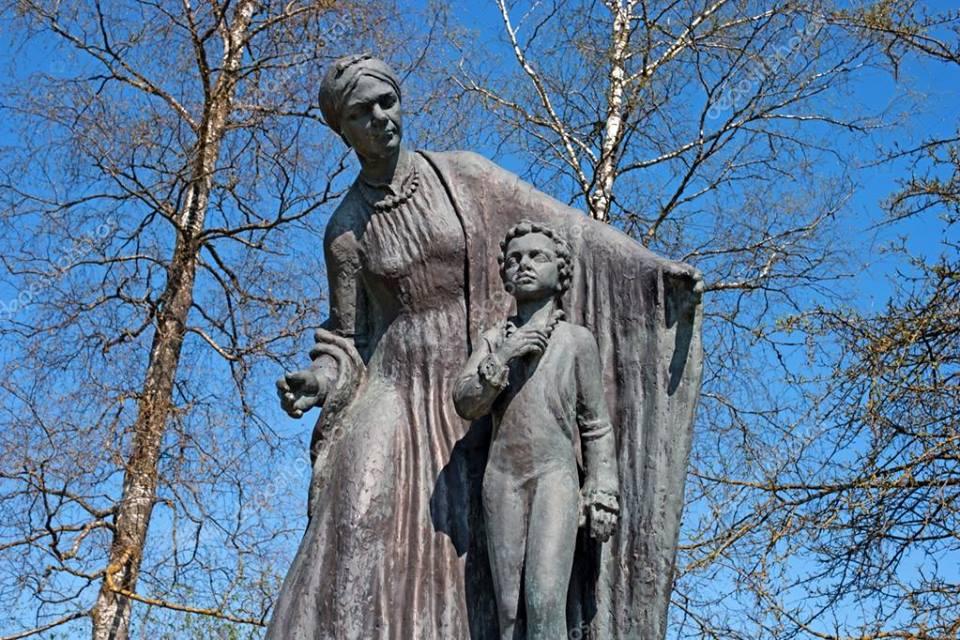 Михаил Задорнов на свои деньги установил памятник няне Пушкина под Петербургом