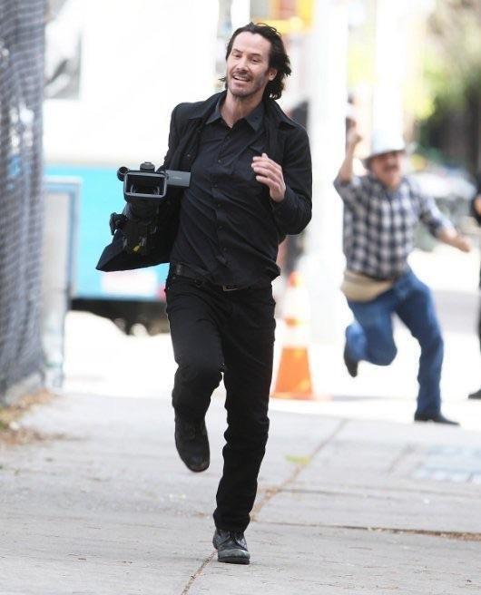 А тем временем Киану Ривз украл камеру у папарацци