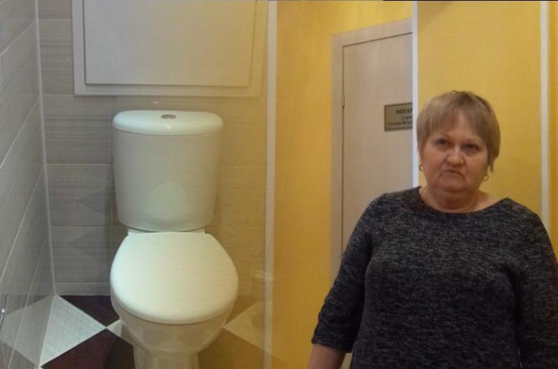 Я после вас не сяду: тюменский нотариус Абрамкина заставила клиентов мыть туалет