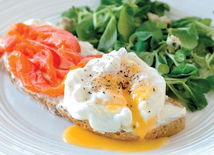 Бутерброд с сёмгой, листьями салата и яйцом пашот.  Фото: zakuskidoma.ru.