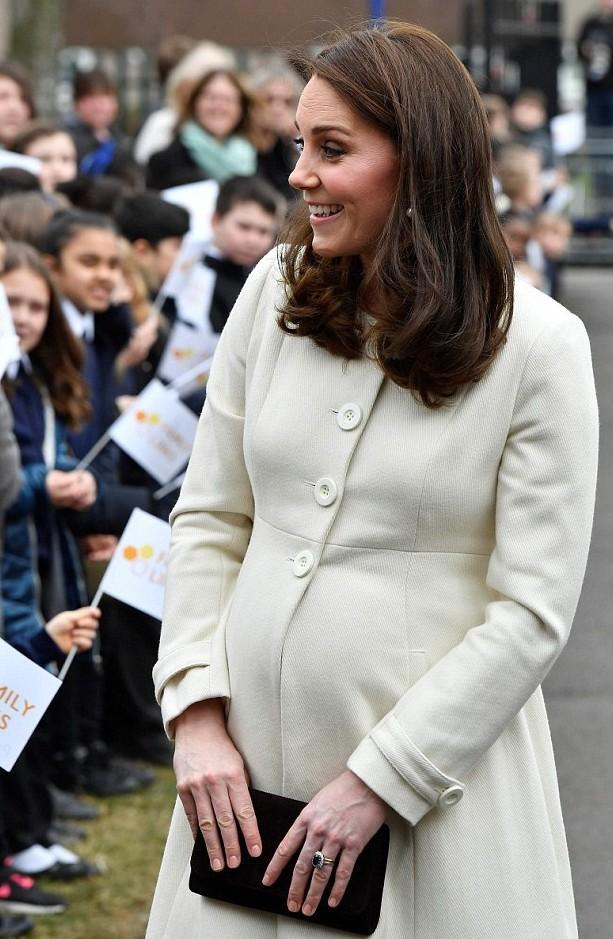 Герцогиня Кембриджская смутила общество редким строением своих пальцев — все это заметили