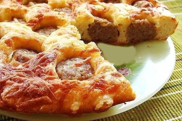 Пирог с фрикадельками под сырной корочкой. Очень вкусный и сытный пирог.