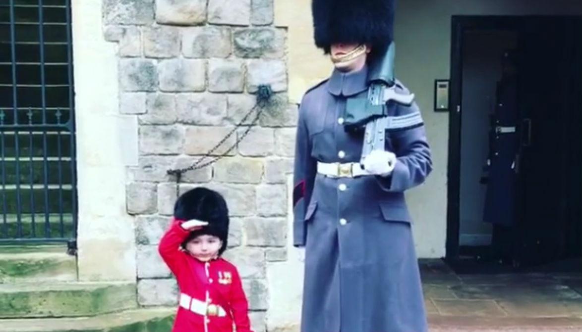 Трогательное видео: в Великобритании королевский гвардеец исполнил мечту мальчика