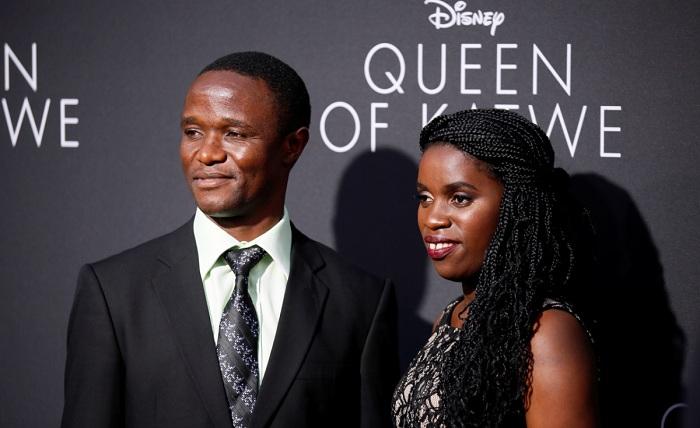 Фиона Мутези и ее тренер Роберт Катенде на премьере фильма «Королева Катве». | Фото: аllafrica.com.