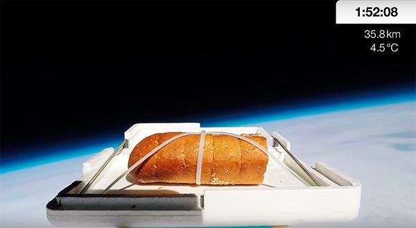 Британский блогер съел чесночный багет из космоса