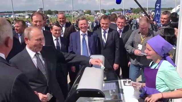 Традиция авиасалона: Владимир Путин купил на МАКСе мороженое