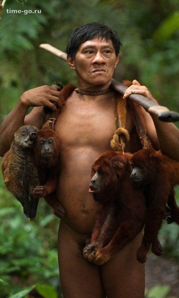 Фотограф провел 12 дней вместе с дикарями из амазонского племени. Его кадры шокируют…
