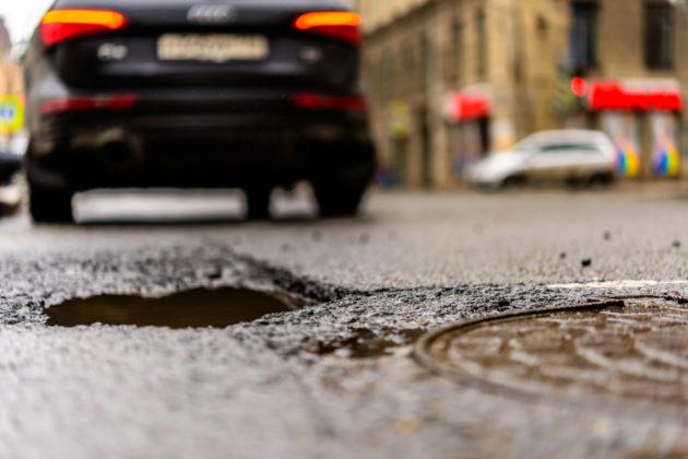 Что делать, если вы повредили свой автомобиль из-за дорожной ямы?