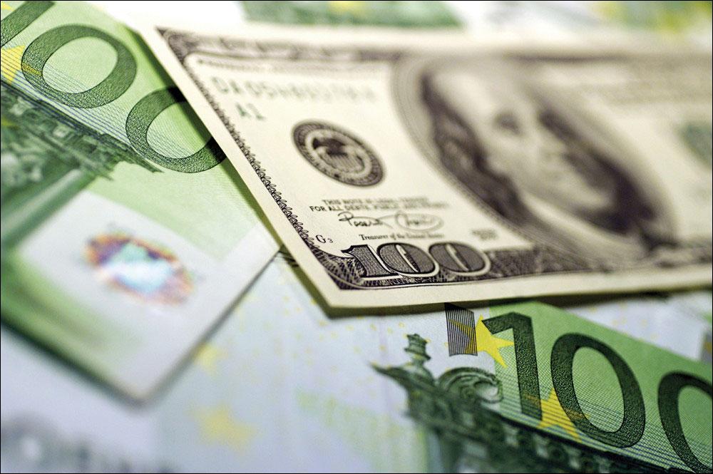 Евро и доллар подешевели по отношению к рублю