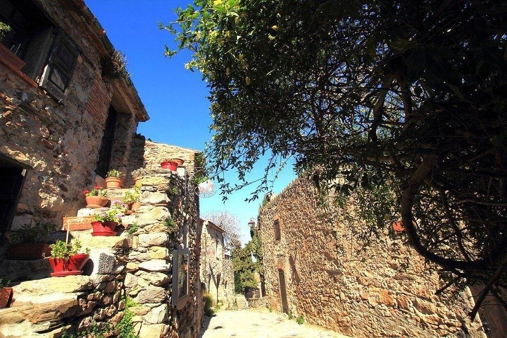 Средневековая деревушка Кастельно в регионе Лангедок - Руссильон, Восточные Пиренеи, Франция