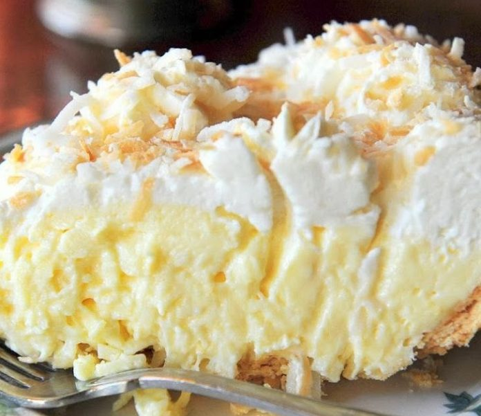 Нежнейший кокосовый пирог с толстым слоем крема.