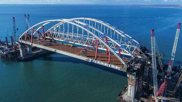 Подъем автодорожной арки Крымского моста завершен