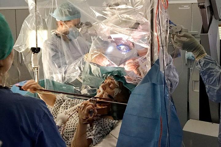 Англичанка играла на скрипке гаммы во время операции на мозге