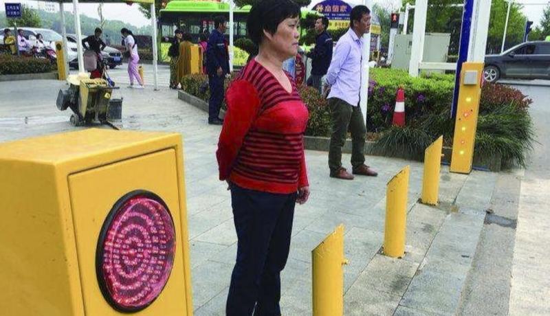 Нарушил — обтекай: в Китае придумали новый способ борьбы с пешеходами-нарушителями с помощью воды