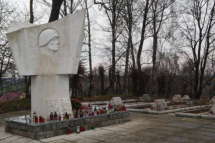 Польские активисты восстановили оскверненное вандалами кладбище красноармейцев