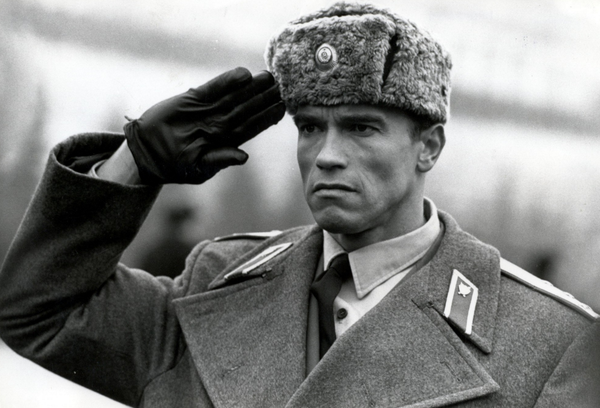 Почему солдаты, отдавая честь, подносят руку к виску?