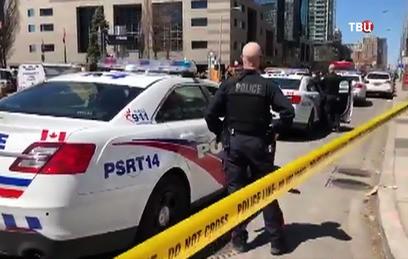 Микроавтобус въехал в толпу в канадском Торонто