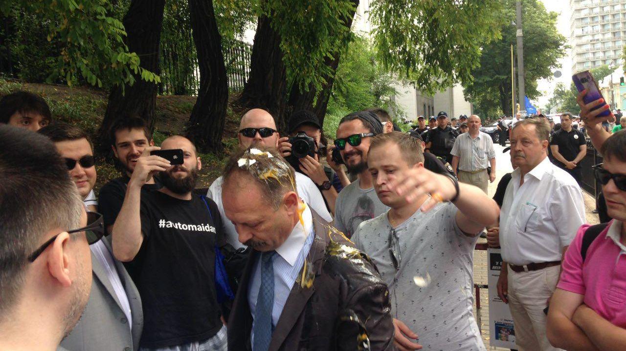 Депутату, хватавшему Яценюка за гениталии, разбили яйца на голове
