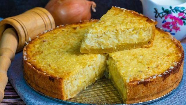 Фото к рецепту: Луковый пирог с куриными яйцами и сыром в духовке
