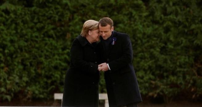«И эти тоже нас победили?»: в Сети пошутили над Меркель на приеме в Париже