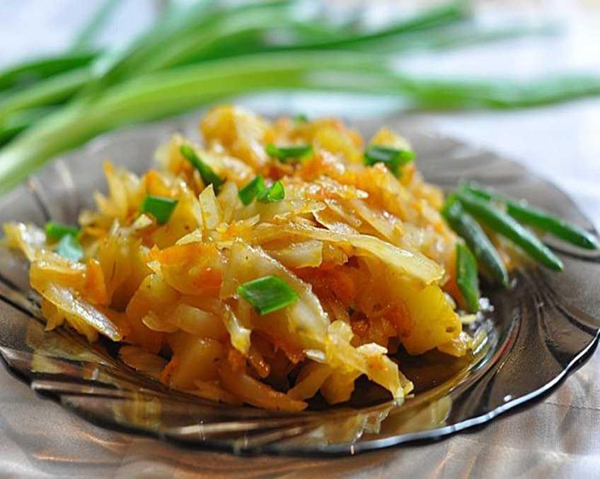 Очаровательный гарнир с печеным картофелем и квашеной капустой