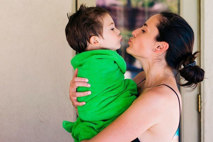 Почему нельзя целовать маленьких детей в губы?