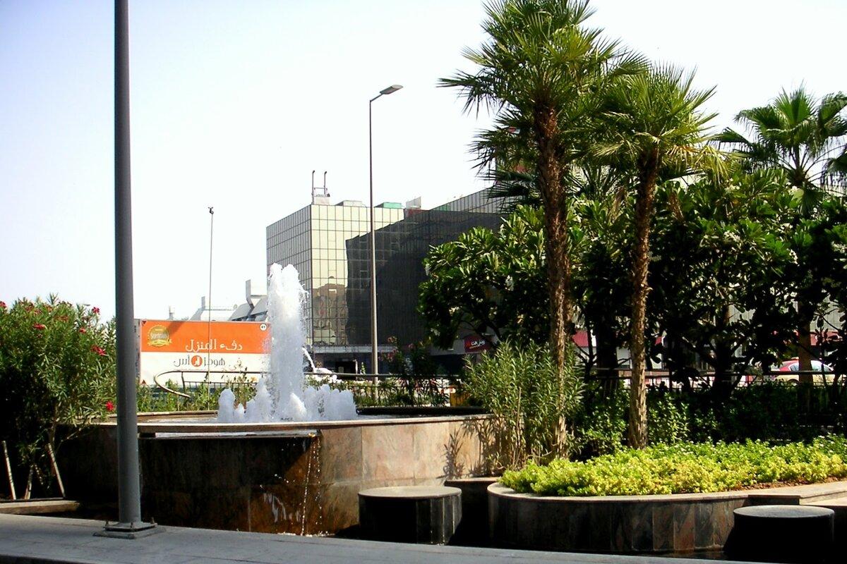 Дубай, одна из улиц в центре города. Все фото из Дубая автора.