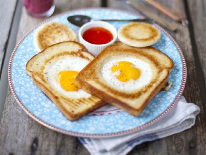 Яичница в хлебе.  Фото: foodman.club.