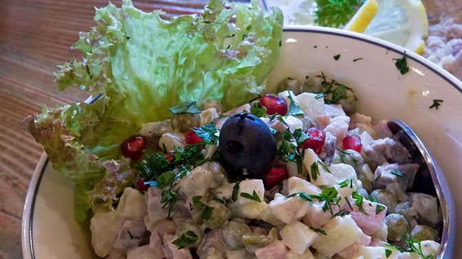 Роспотребнадзор призвал россиян выбросить салаты сразу после новогоднего застолья