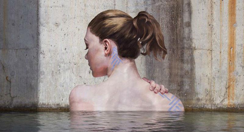 Женщины, выходящие из воды, — творение художника, балансирующего на доске для серфинга