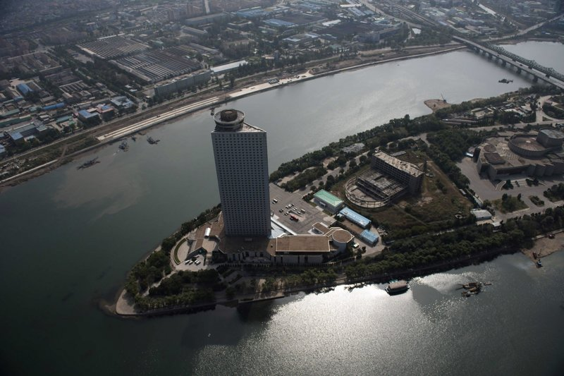 В отличие от гостиницы Рюгён, 47-этажный отель Янгакто был достроен в 1992 году и сегодня принимает как международные делегации СМИ, так и рядовых туристов Арам Пан, Пхеньян, видео, красота, редкие кадры, с высоты, фотограф