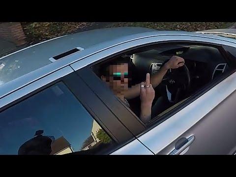 Неблагодарный автомобилист оскорбил доброго байкера